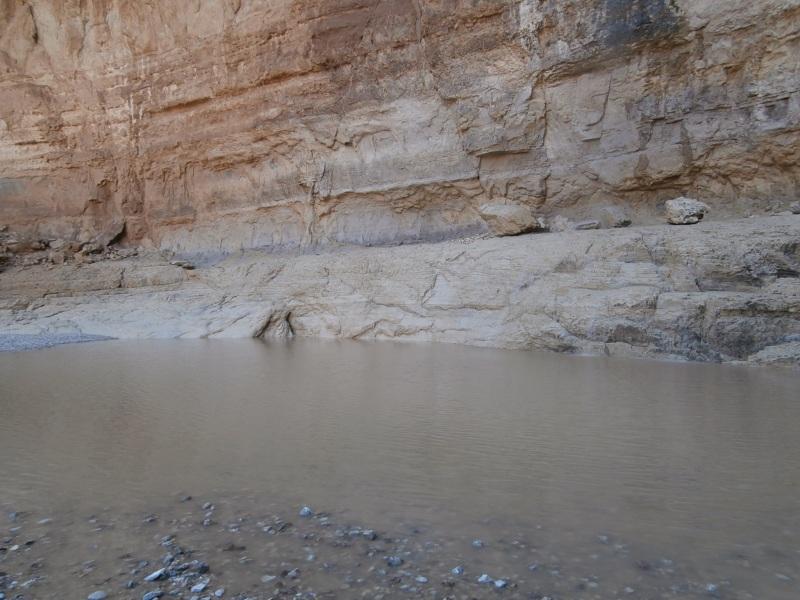 Гев под большим водопадом.