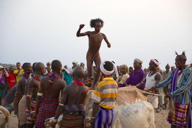 bull-jumping-hammer-tribe-ethiopia-11-feb-2014