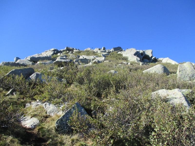 Крестик вдали - высшая точка (2042 м) горной гряды Punta Cappella