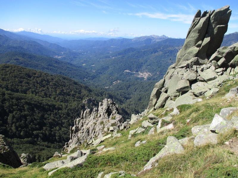 Внизу - живописная долина и маленькие поселения. Шли и любовались этим видом.