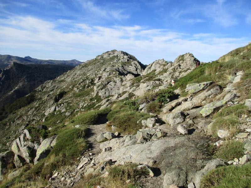 Начало нашего сегодняшнего маршрута угадывается чётко - траерс по этим скалам.