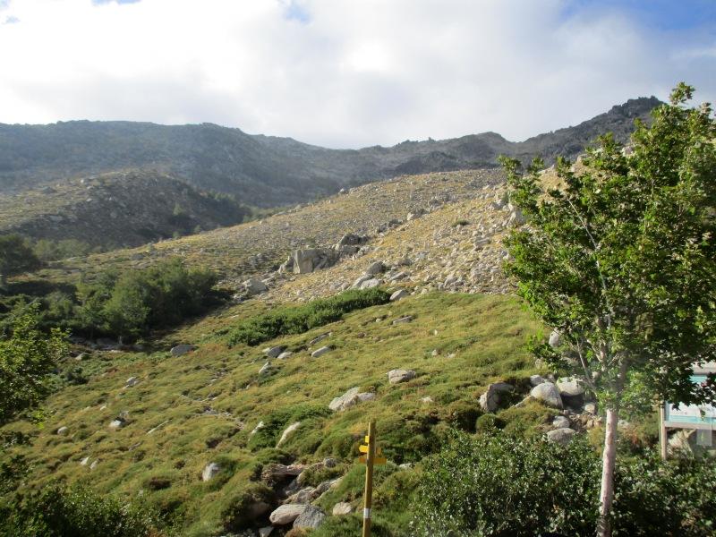 Взгляд назад. Вдали, на линии горизонта перевал, откуда мы пришли. К сожалению, фото не передаёт крутизну спуска...