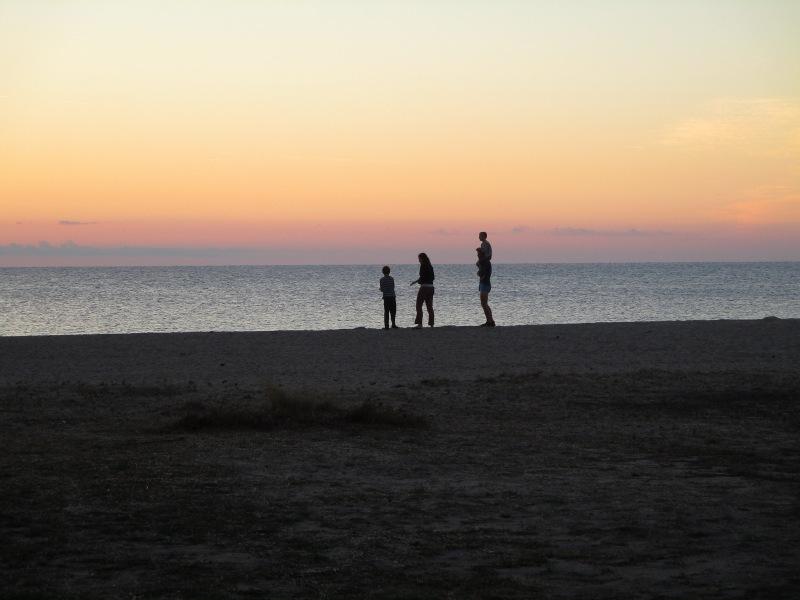 Наши соседи, семья из Щвейцарии, прибежали на берег встречать восход.