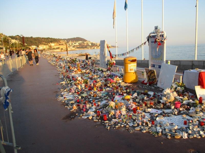 Место страшного теракта на набережной Ниццы.