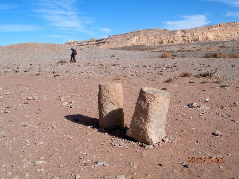 Каменный столб, времён набатеев, обозначающий мили на дерех а-Бсамим. Стоит прочно, сдвинуть невозможно, я проверила :-)